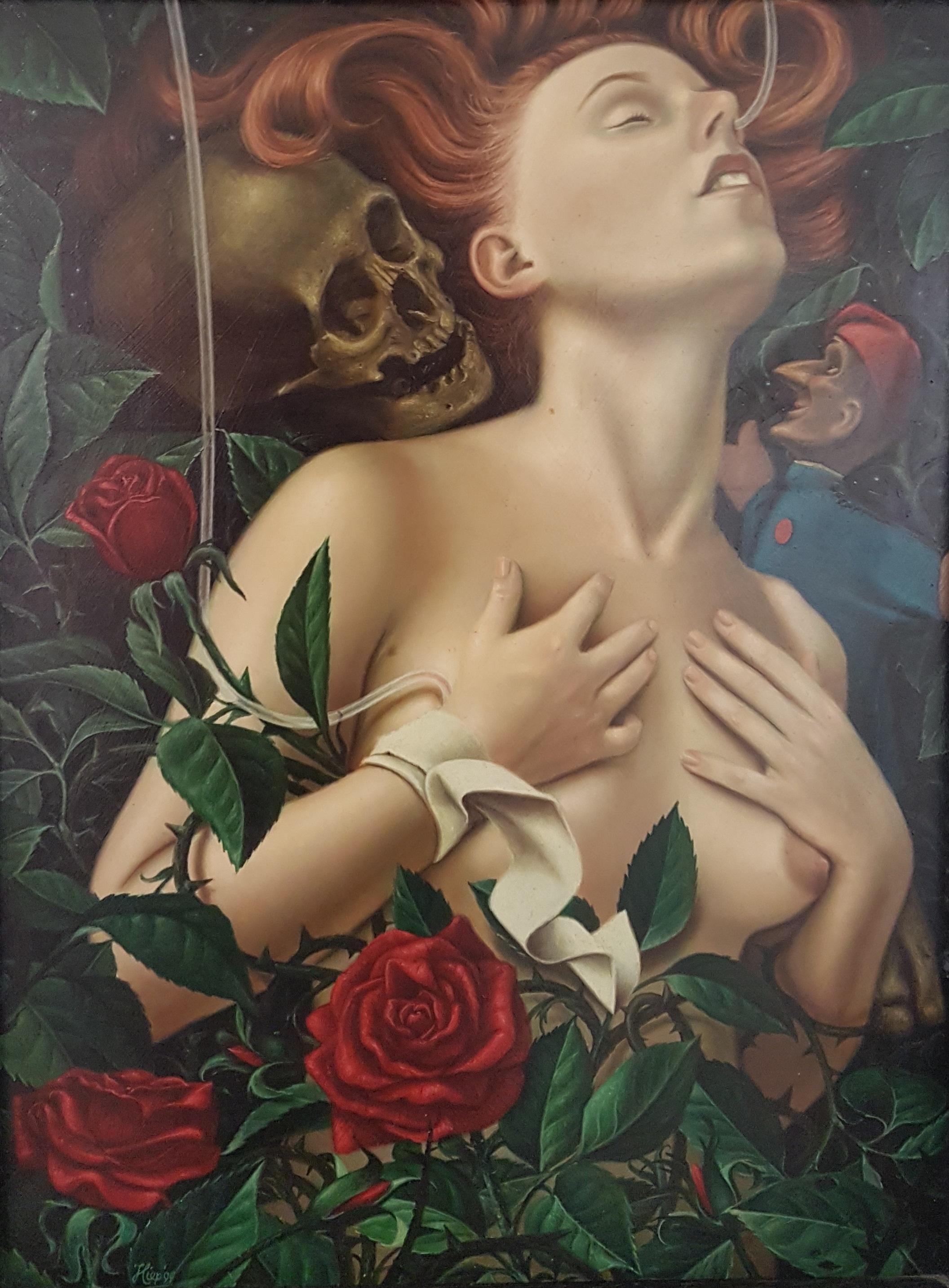Naakt omgeven door rozen, een pop en schedel