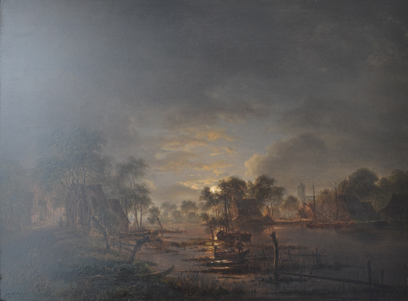 Een rivierlandschap bij maanlicht.