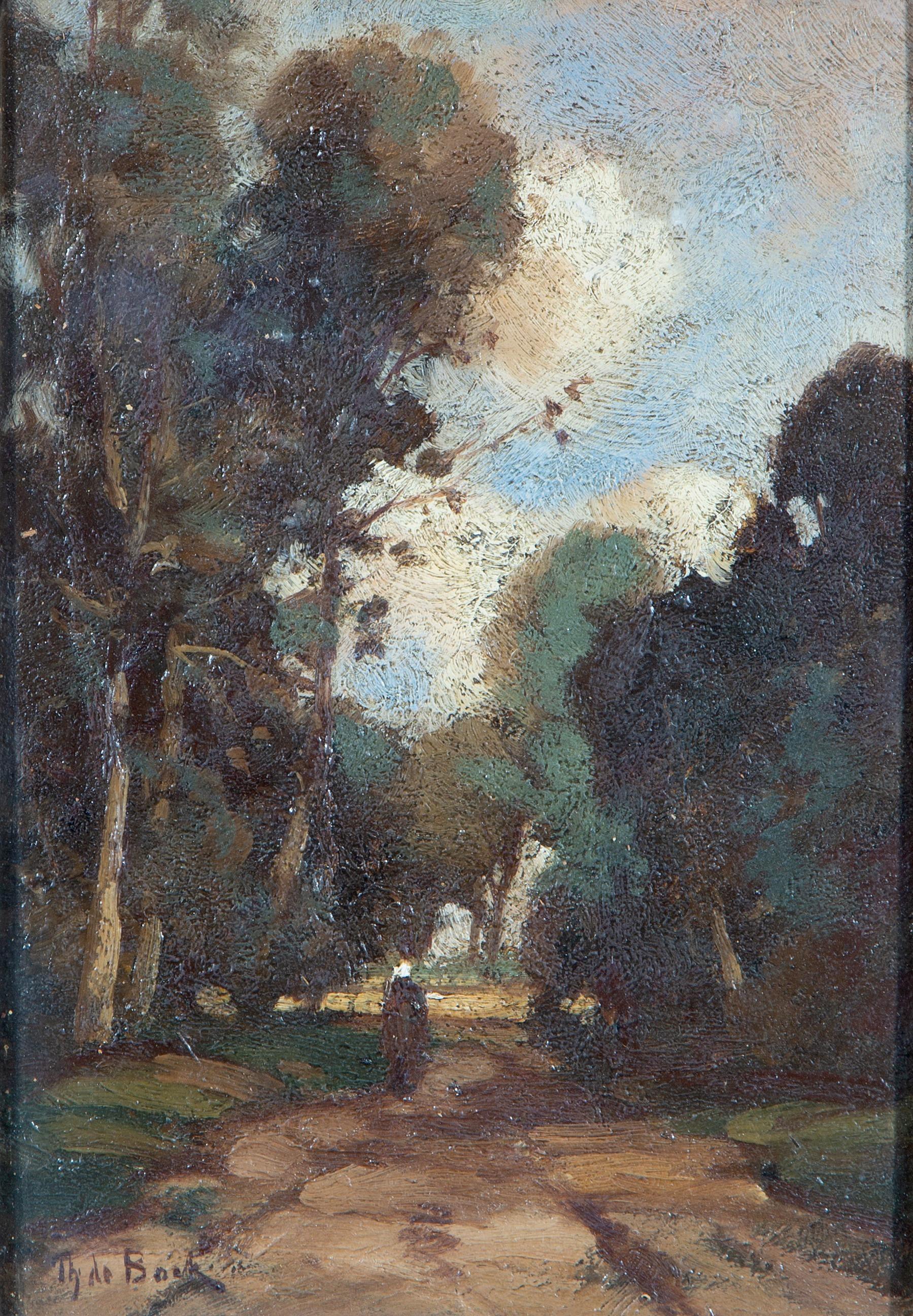 Vrouw op een pad tussen bomen